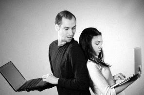 Uomo e donna con portatili in mano