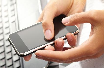 Smartphone con tastiera PC in secondo piano